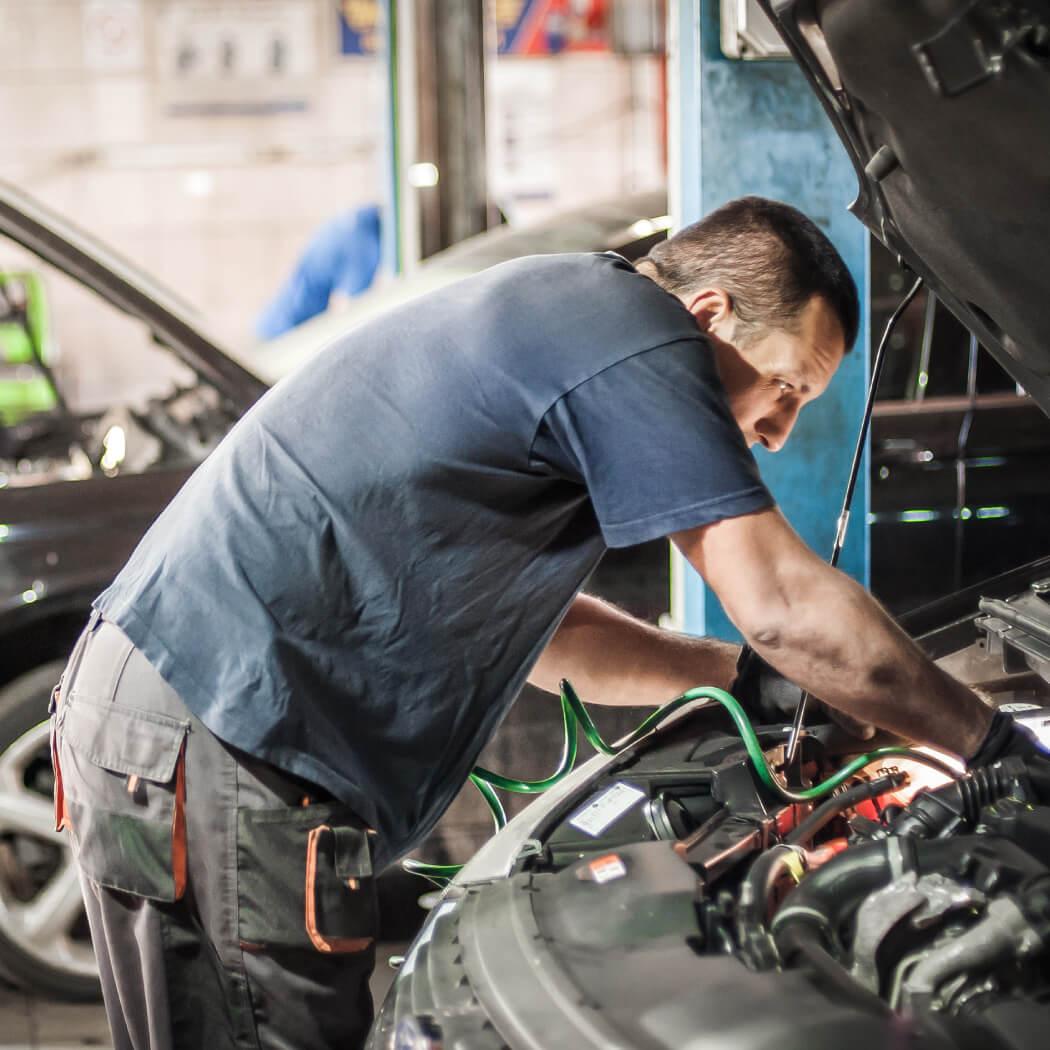 pregled vozila v avtomehanični delavnici