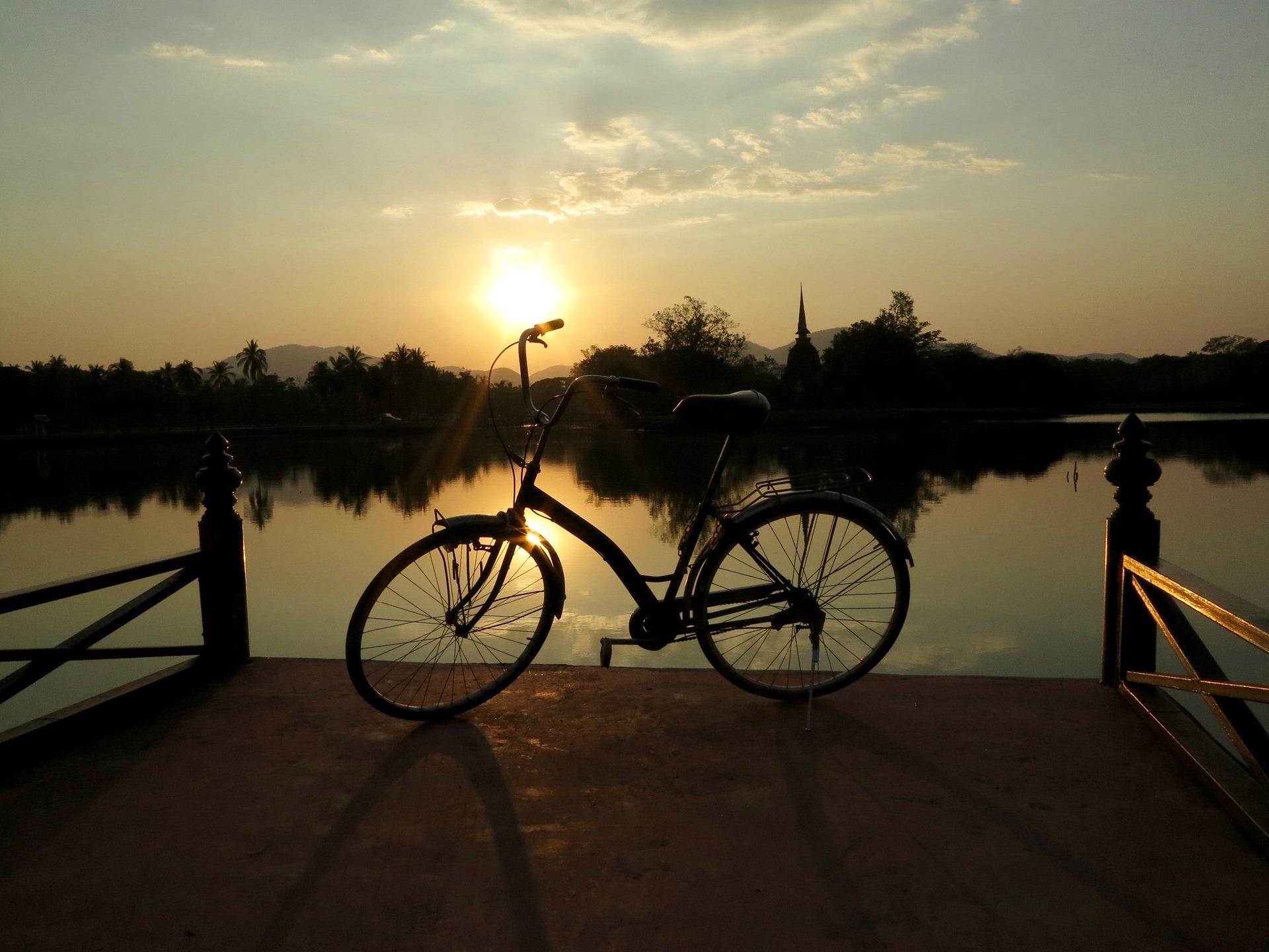 Kolo ob jezeru ob sončnem zahodu