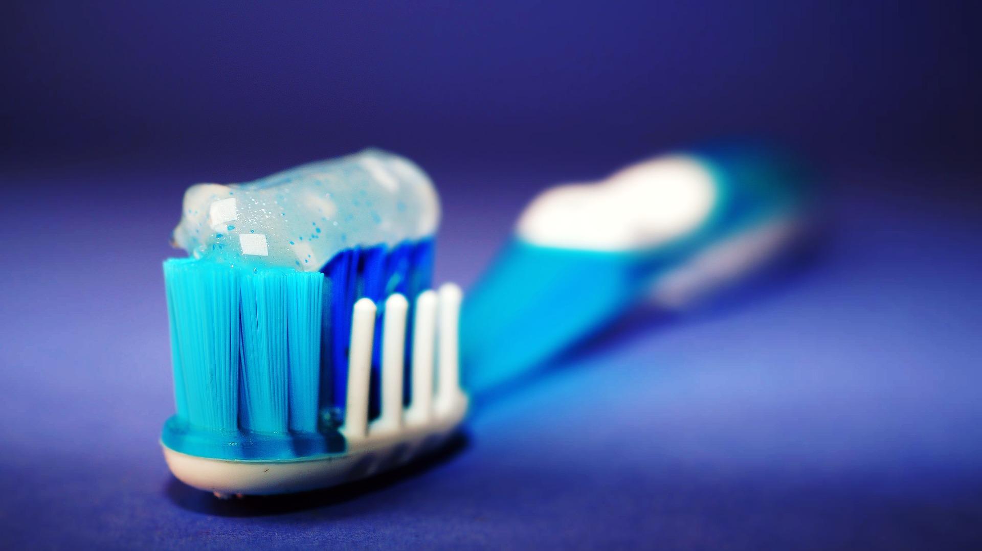 Zobna ščetka z zobno pasto