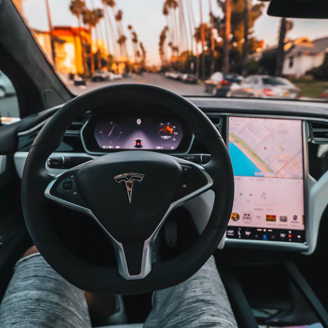 notranjost vozila tesla volan