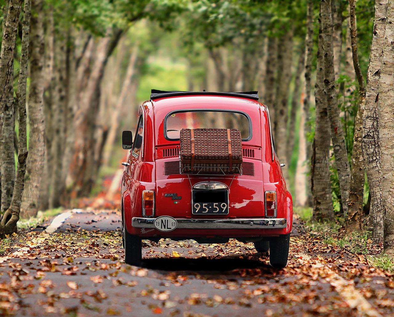 Starejši avto na cesti