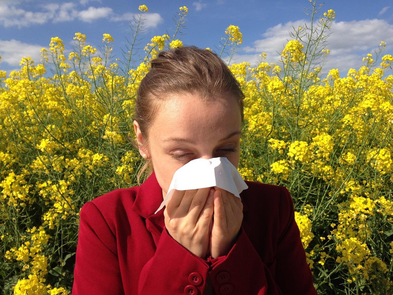 Dekle, ki si briše nos